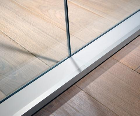Decentred single glazing partitions